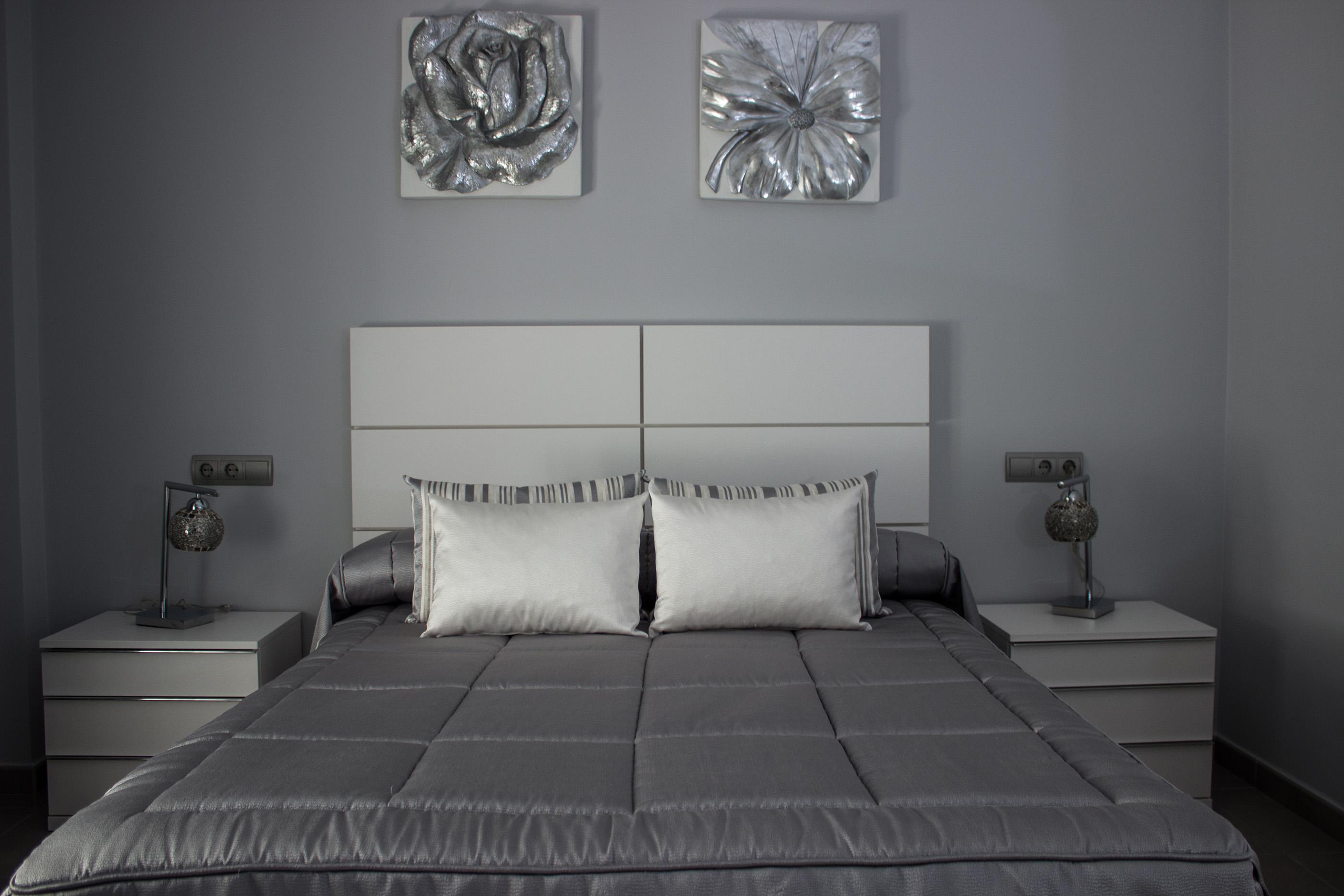 Dormitorio y comedor en tonos blancos rojos y grises con - Salones en tonos grises ...