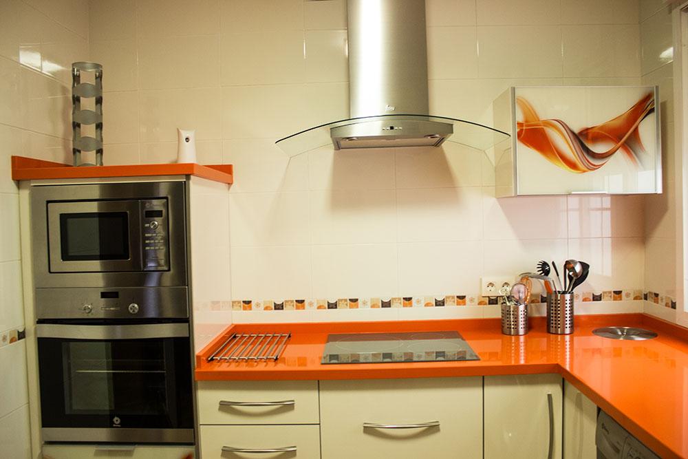 Cocina dise o efecto cristal en tonos naranjasmuebles y for Muebles de diseno valencia