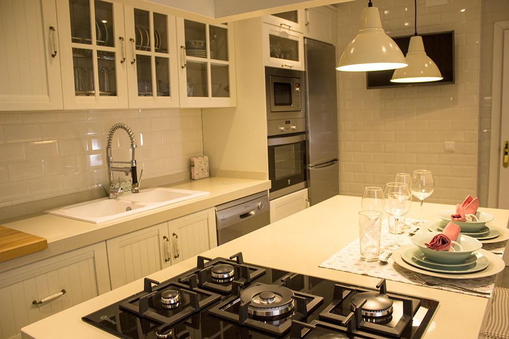 adems de la cocina esta joven pareja se llev para su hogar un bonito y elegante sof sistema relax elctricos arcn con tejido nobuck en